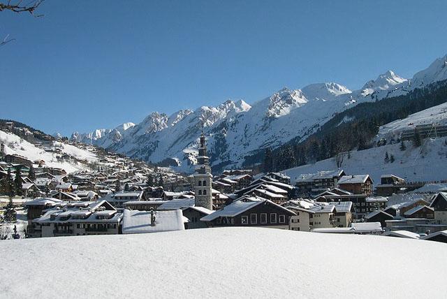 Le village et la chaîne des Aravis, La Clusaz